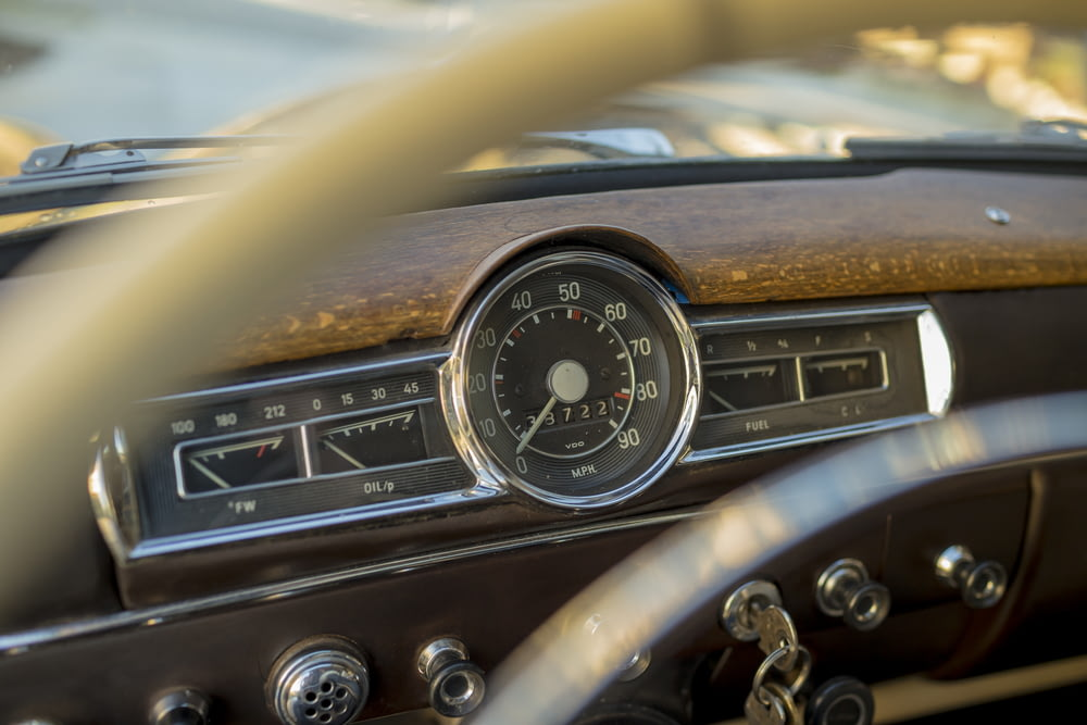 gray and brown classic vehicle speedometer pointing at zero