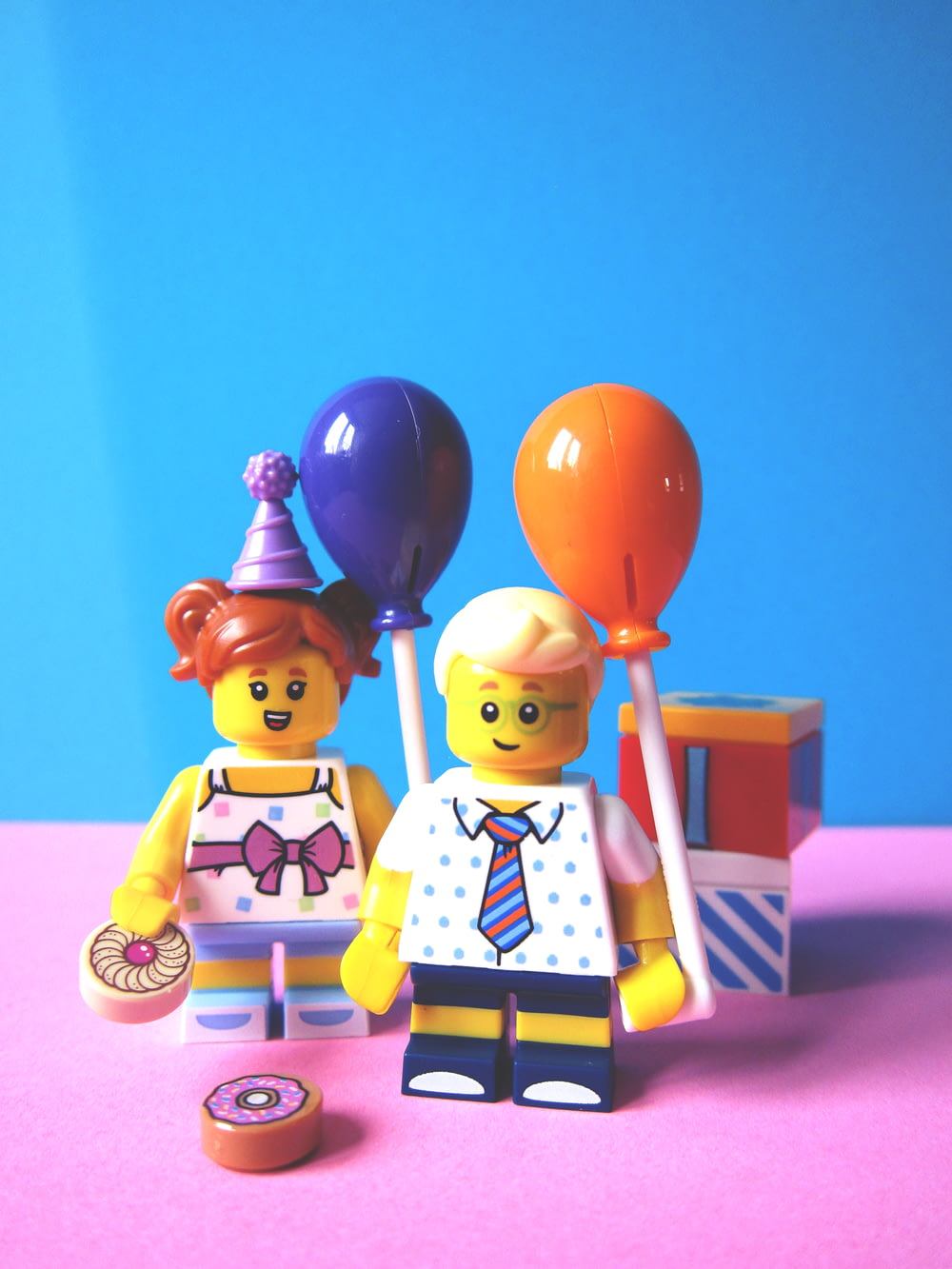 girl and boy holding balloon Lego minifugures
