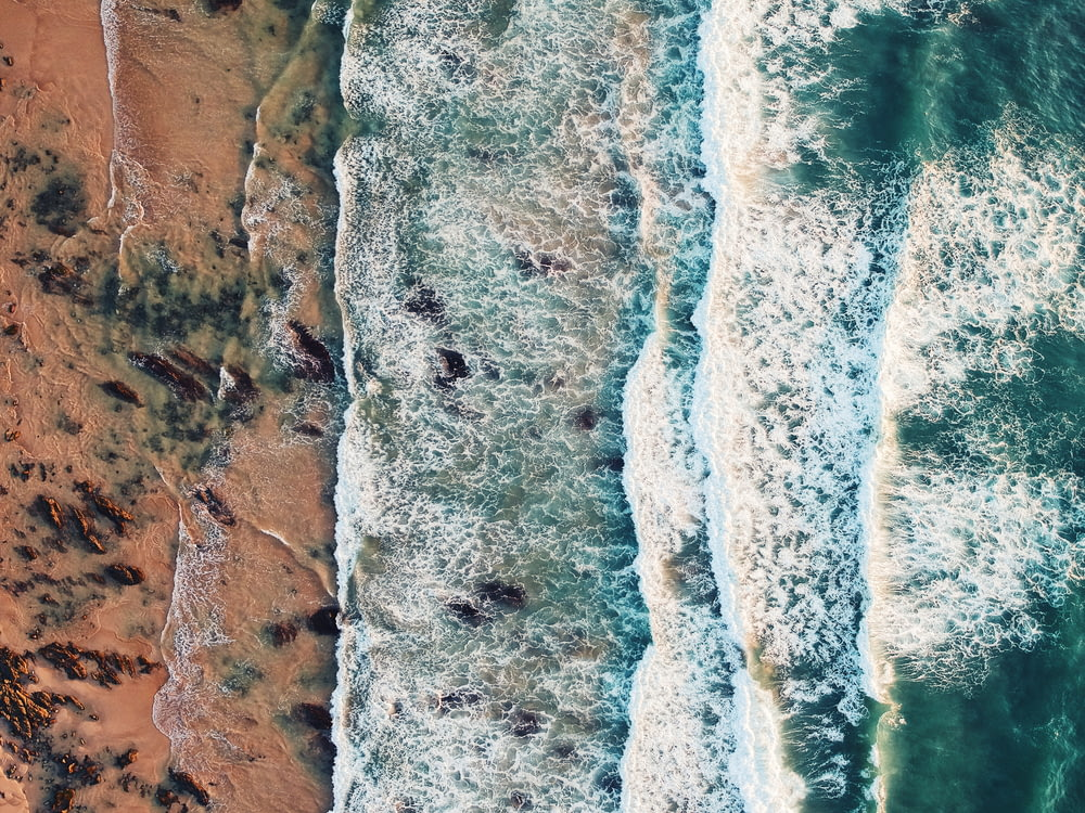 aerial photo of a dancing waves